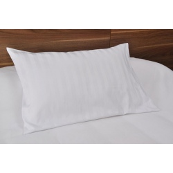 Taie d'oreiller Némésis polycoton 50/50 blanc 135 g portefeuille avec rabat et volant piqué 50x75 cm (le lot de 10)